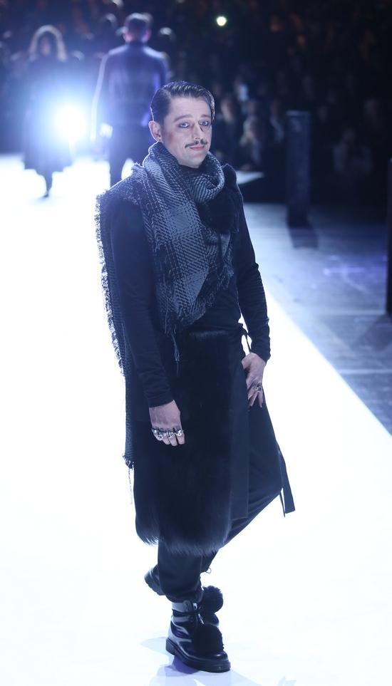 Esther Perbandt: Modetheater und Dialektik